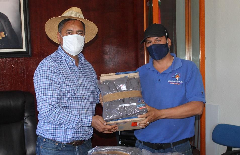 Alcalde de Yauhquemehcan entrega uniformes a personal de servicios municipales