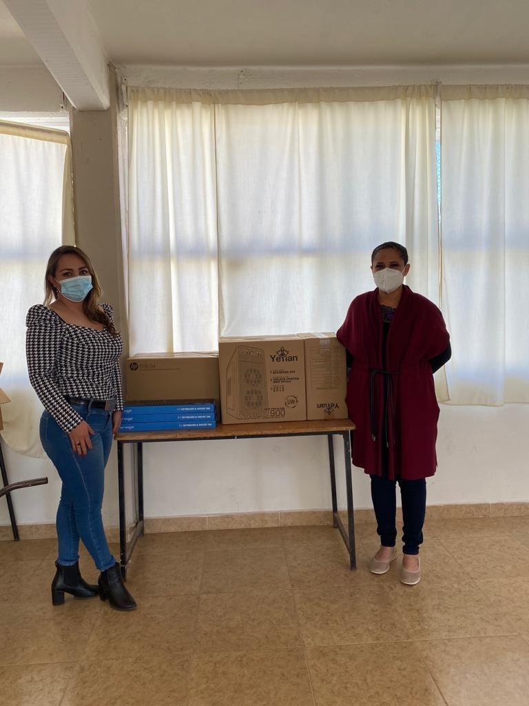 Diputada Michaelle Brito hizo entrega de equipo de cómputo a telesecundaria de Tlaxco