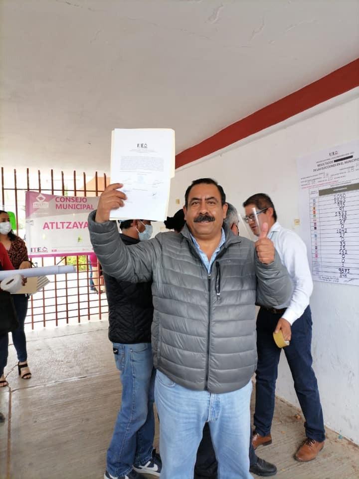 Tras una reñida elección, Gustavo Parada Matamoros recibe su constancia presidente electo de Atltzayanca
