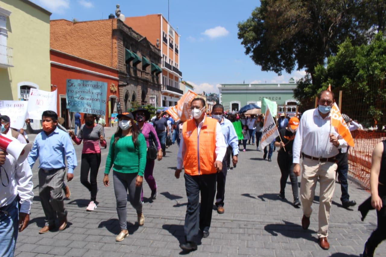 Ex candidato de Zacualpan exige en manifestación se haga valer la decisión de los ciudadanos y le otorguen el triunfo, asegura hubo irregularidades